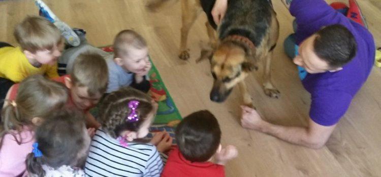 """Pomagamy bezdomnym zwierzętom – aleksandrowskie spotkanie z psem i jego opiekunem ze schroniska dla bezdomnych zwierząt """"Disel"""""""