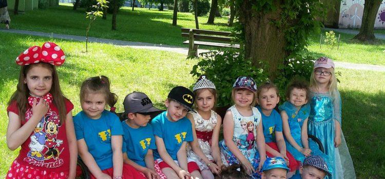 Bajkowe przedszkole – wizyta Teatru i udział w Bajkowym Pochodzie